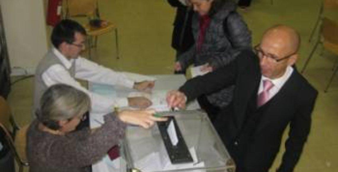 Foto de Archivo: Españoles depositando su voto en el Consulado de París.