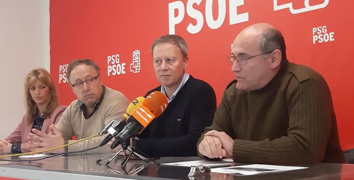 Luis Gulín, secretario de Emigración de los socialistas ourensanos, es el primero por la derecha