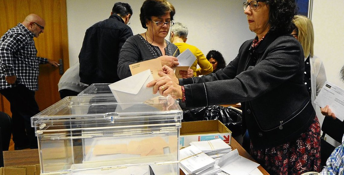 Recuento voto emigrante en la audiencia provincial. Foto Martiño Pinal