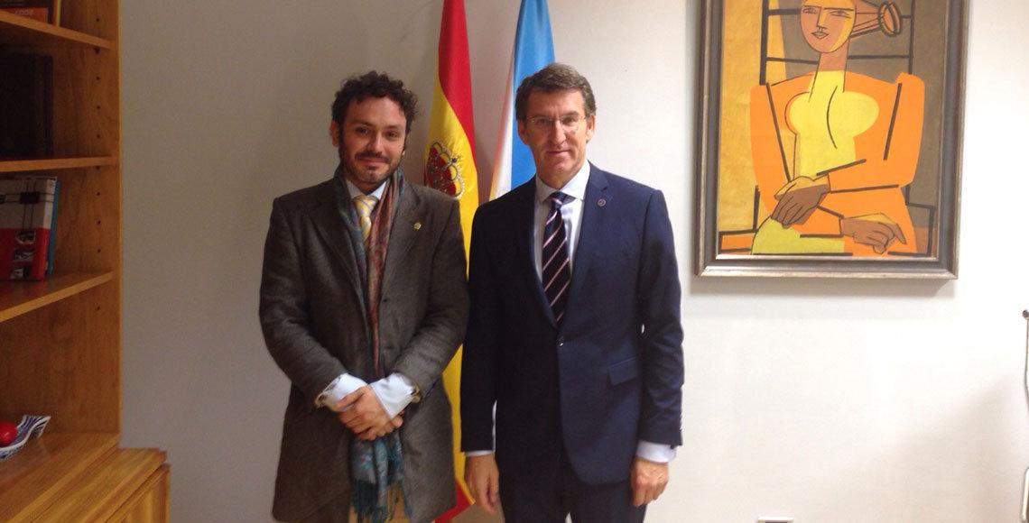 El presidente de la Xunta de Galicia durante su encuentro con Manoel Carrete, presidente del Centro Gallego de Barcelona.