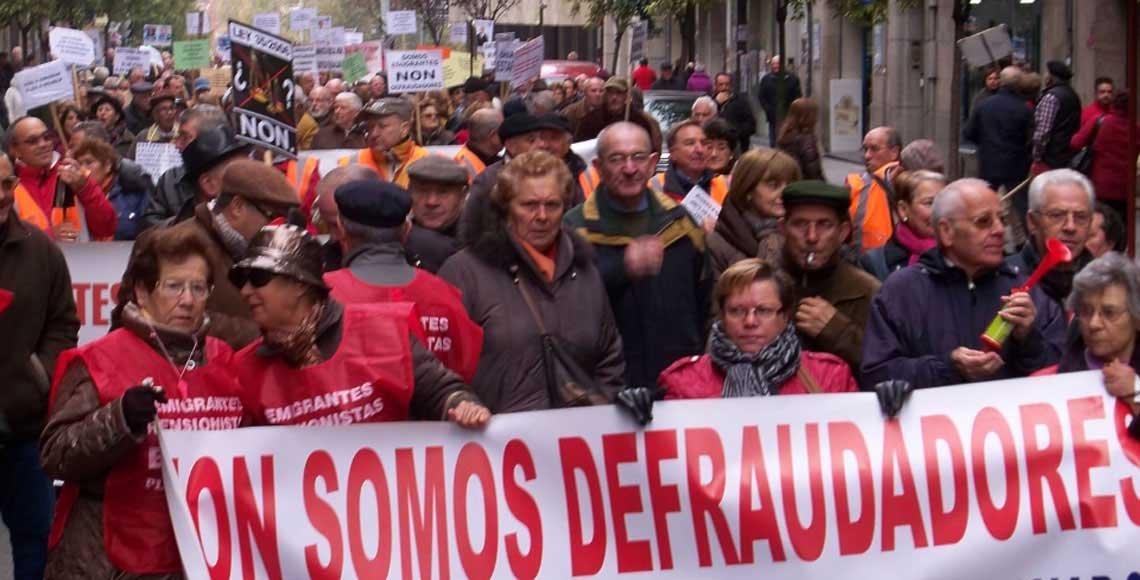 Manifestación de los emigrantes retornados gallegos en contra del sistema de regularización de sus prestaciones del exterior.
