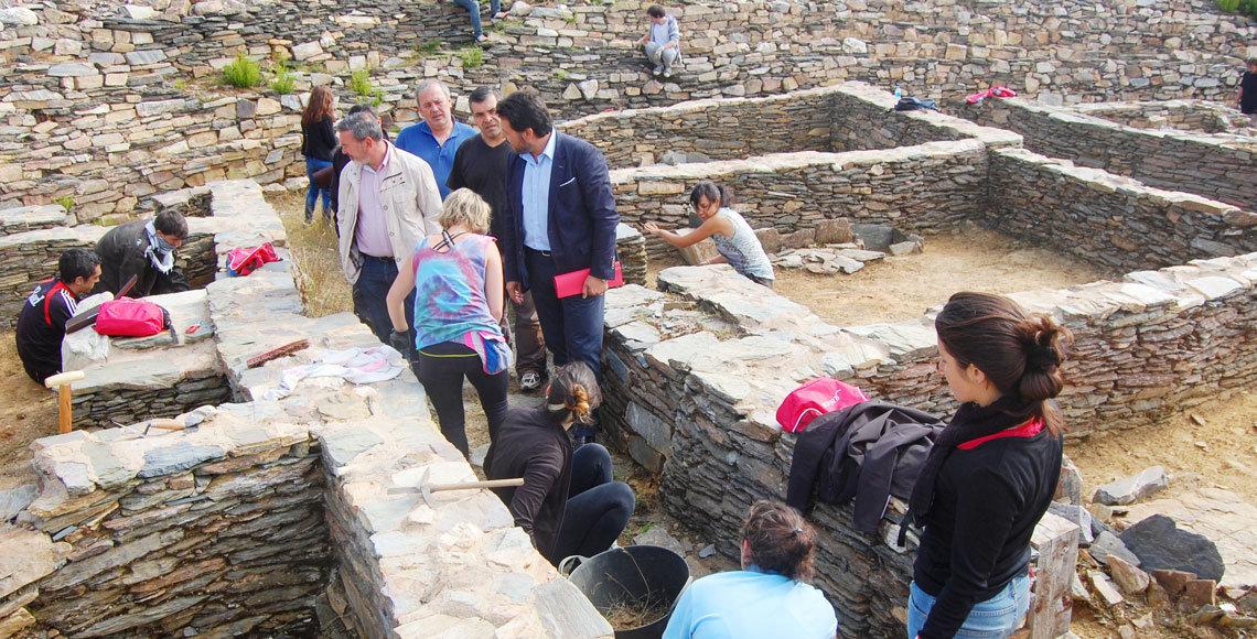 El secretario xeral de Emigración, Rodríguez Miranda, durante su visita a un campamento de trabajo, este verano.