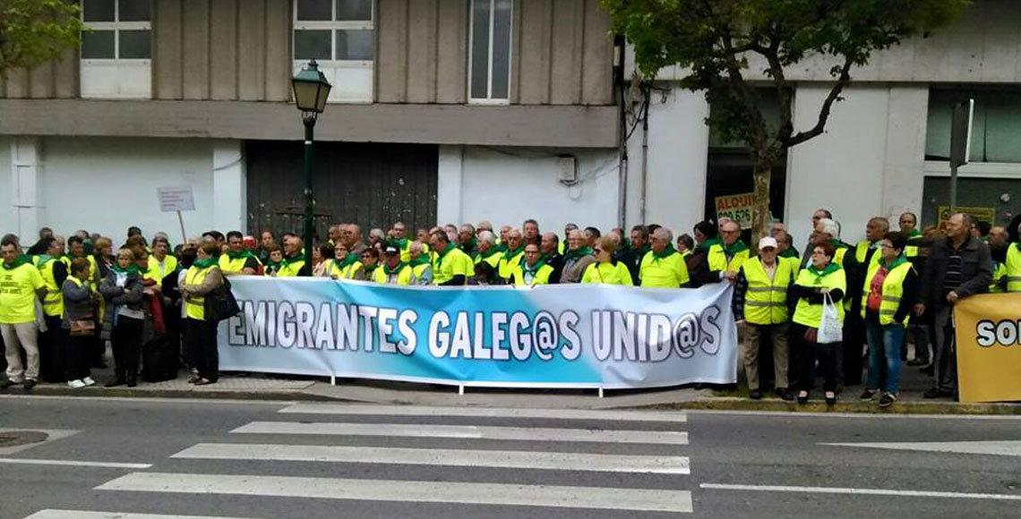 Retornados gallegos durante una manifestación por las calles de Santiago de Compostela.
