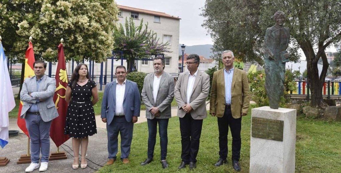 En el acto inaugural estuvieron presentes, además del escultor, el secretario xeral de Política Lingüística, Valentín García, y el diputado autonómico Alberto Pazos