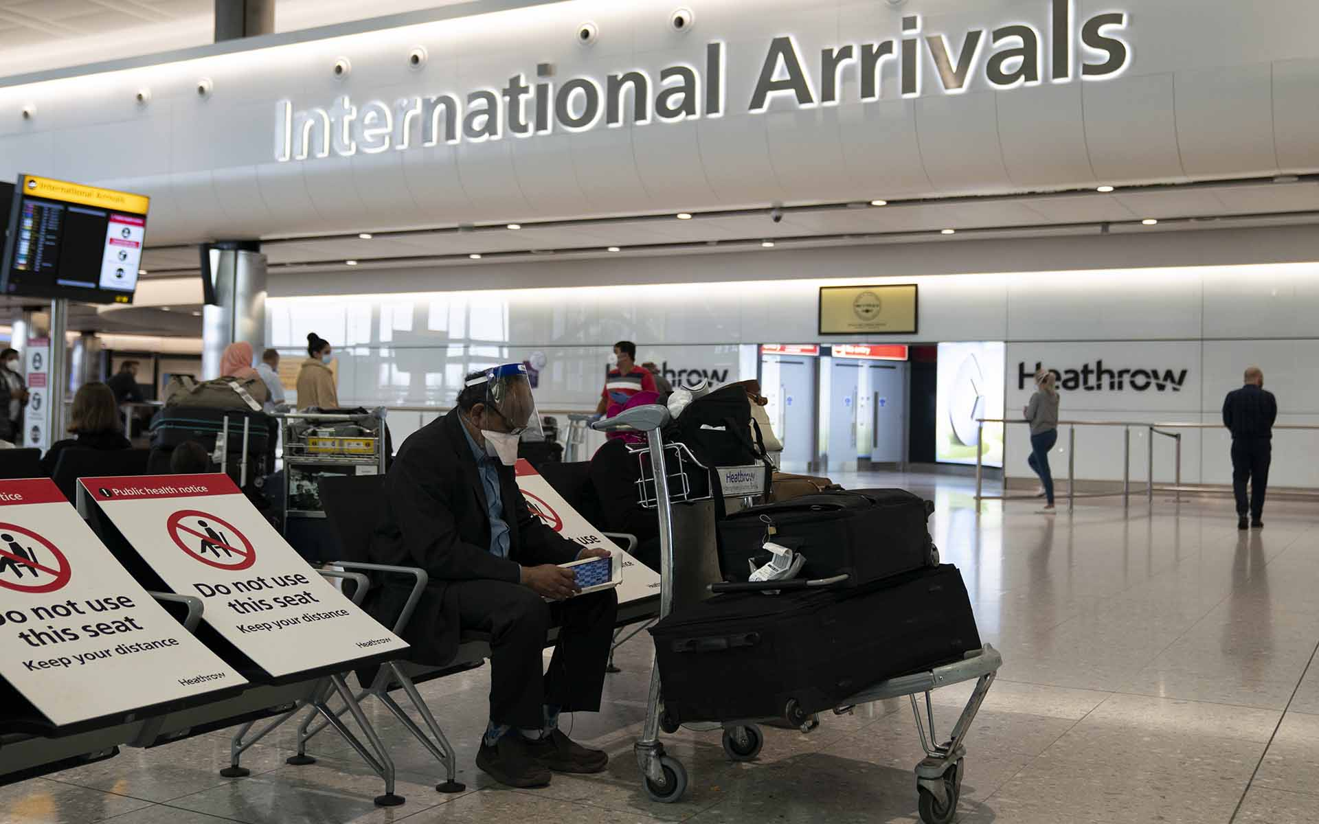 London (United Kingdom), 08/06/2020.- Passengers arrive at Heathrow Airport, London Britain, 08 June 2020. The British government has introduced new quarantine rules for travellers arriving from overseas. Those arriving into the UK must provide details of where they are staying and must stay home self isolating for 14 days. (Reino Unido, Londres) EFE/EPA/WILL OLIVER