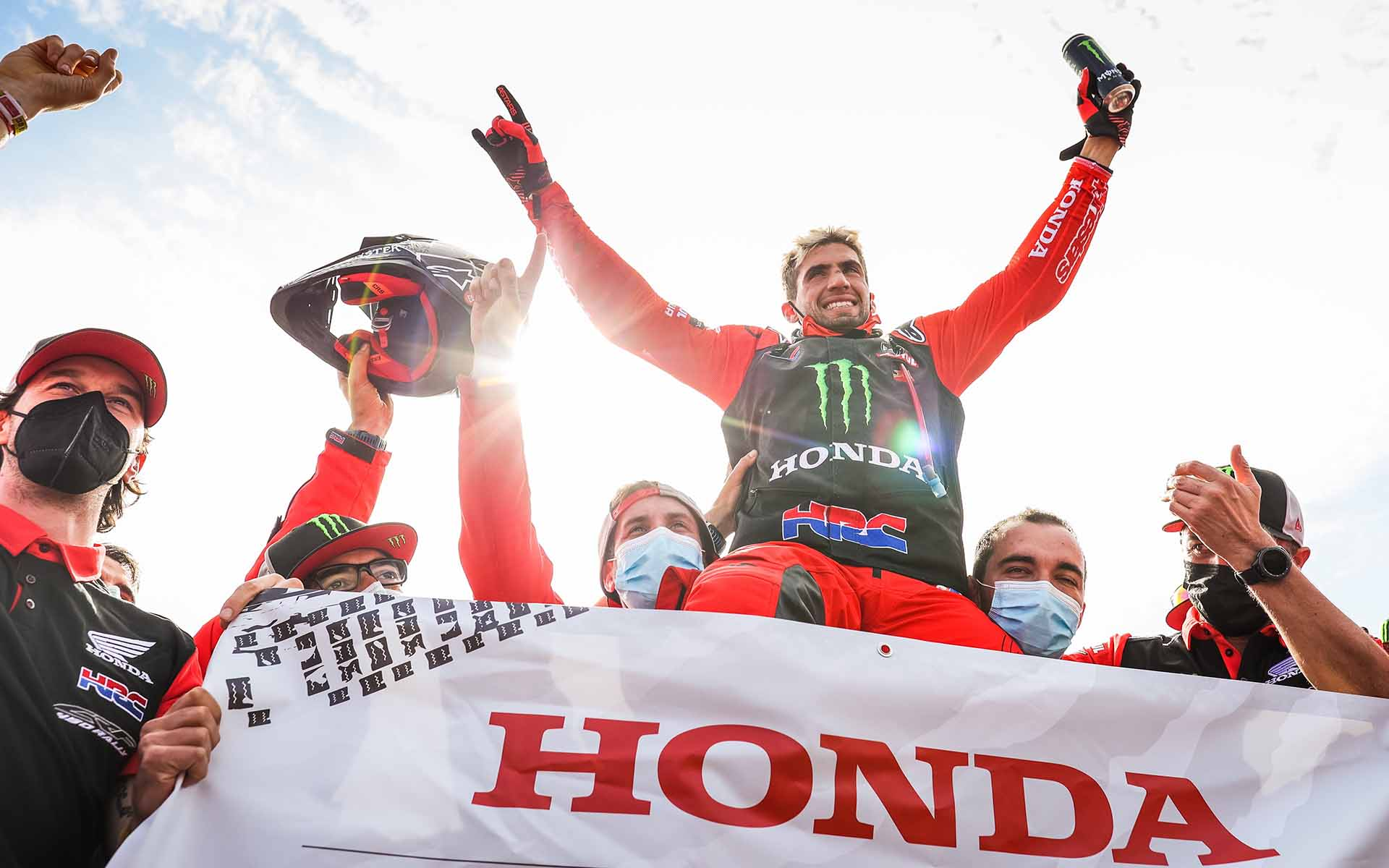 Jeddah (Saudi Arabia), 15/01/2021.- A handout photo made available by ASO of Kevin Benavides of Argentina, Honda, Monster Energy Honda Team 2021, celebrating winning the Bike section after the 12th and final stage of the Dakar 2021 between Yanbu and Jeddah, in Saudi Arabia, 15 January 2021. (Arabia Saudita) EFE/EPA/Antonin Vincent HANDOUT via ASO SHUTTERSTOCK OUT HANDOUT EDITORIAL USE ONLY/NO SALES/NO ARCHIVES